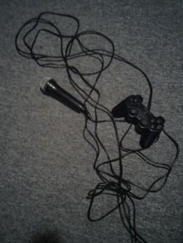 Kabel- und Controllerwirrwarr auf dem Fußboden - unschön.