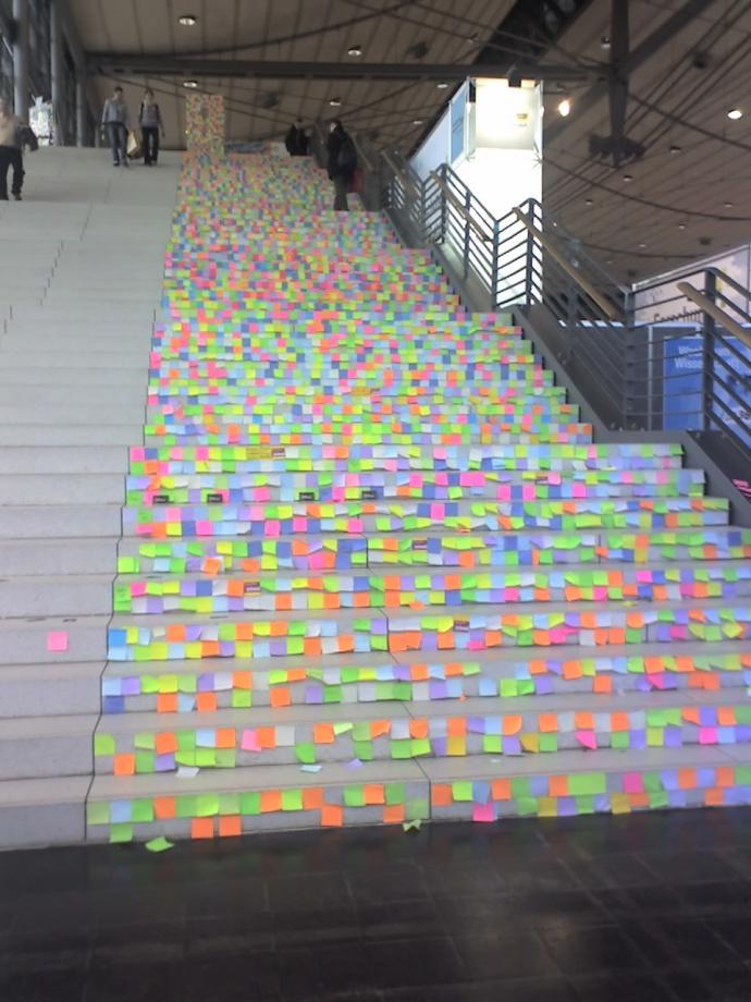Treppe voller Post-Its: Irgendwo muss das ganze Kram, das im papierlosen Büro eingespart wird, ja hin.