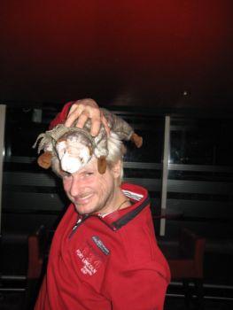 Das Wiesel ist ein Meister der Tarnung. Hier tarnt es sich als Haare von Kay Ray, des berühmten Kabarettisten.