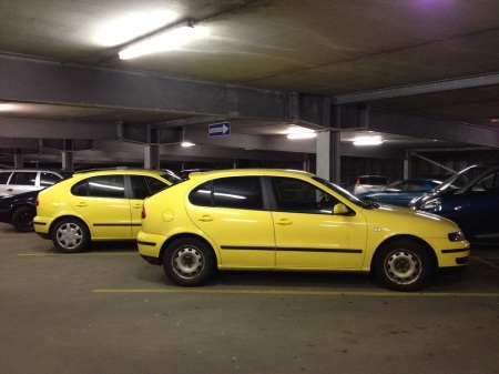 Wenn Sie auf diesem Bild ZWEI gelbe Autos sehen, sollten Sie ihrne Optiker kontaktieren.