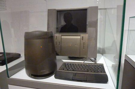 Von Janoathan Ives designt: 20th Anniverary Mac, 1997 zum Schnäppchenpreis von 7.500 USD angeboten.