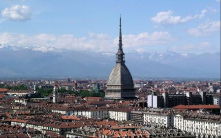 Der riesige Bau ist das Wahrzeichen von Turin und so ziemlich das Äußerste, was man nur aus Backsteinen bauen kann.