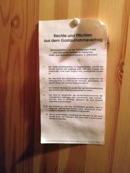 Im Schwäbischen hat alles sei ordnung: Rechte und Pflichten aus dem Gastaufnahmevertrag. Hängt so im Schrank der Ölmühle.