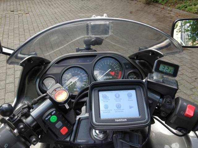 Blick ins Cockpit: In der Mitte das Navigationsgerät, rechts das Thermometer, links die Fernbedienung für die Bordkamera.
