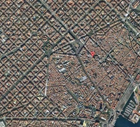 Auf der Satellitenaufnahme gut zu sehen: Oben das streng nach Plan gebaute, symetrische L`Eixample mit seinen achteckigen Blocks, unten die verwinkelte Altstadt, das Barrí Gotic.