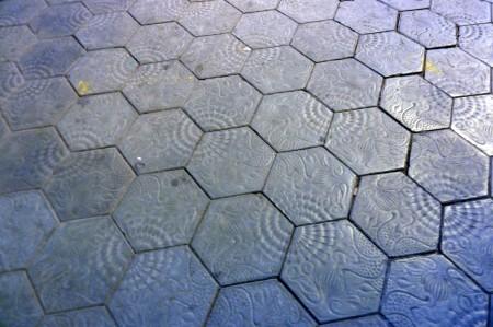 Barcelona atmet Jugendstil aus jeder Pore. Auch die Steine in der Fußgängerzone weisen ein Muster Gaudís auf.
