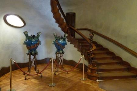 Treppenaufgang: Alles  ist handschmeichlerisch gerundet, man fasst das Haus gerne an.