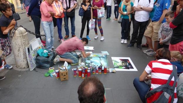 Strassenkünstler malt mit Spraydosen Gemälde.