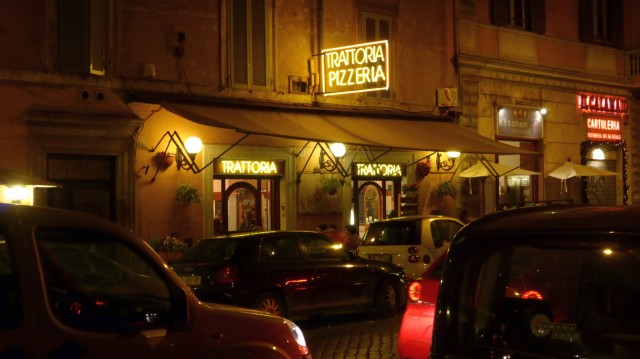 Hier kann man leidlich gut, vor allem aber günstig essen: Trattoria in der Via di Porta Castello.