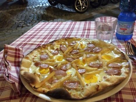 """Verbrannte Pizza mit """"Wurstel"""", Pommes und Ei"""