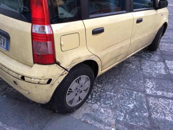Auch mit Kleinen Gelben Autos hat der Stadtvehr von Neapel kein Erbarmen.