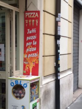 """Tutti pazzi per la pizza a pezzi"" - Alle sind verrückt nach einem Stück Pizza."