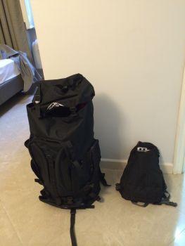 Der große Rucksack enthält Einkäufe, der kleine die wertvollen Dinge wie Wiesel.