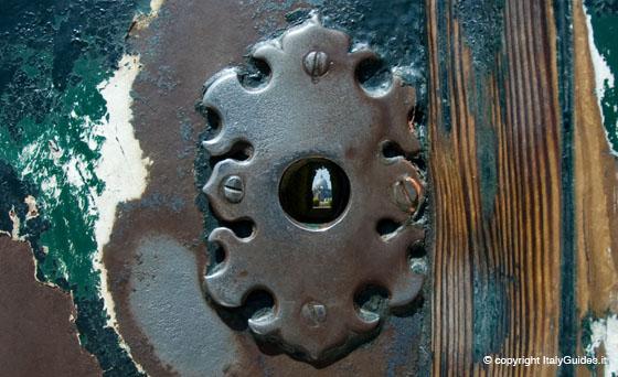 Bild mit freunldicher Genehmigung von Italyguides.it. Die kleine Lumix war mit dem Schlüsselloch überfordert.