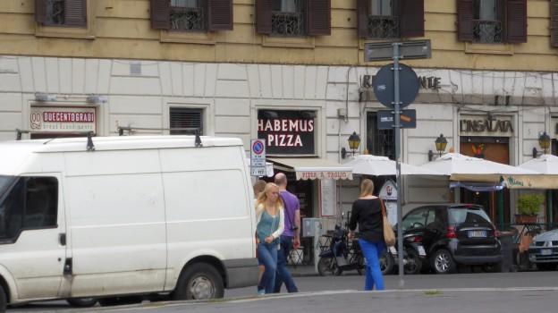 Haha, ein Joke vor den Mauern des Vatikan.