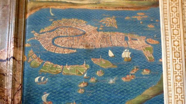 Diese Stadt zu erraten ist einfach. Aber im Kartengang sind auf hundert Metern Wände und Decken mit Karten aller Regionen und wichtigen Städte Italiens gemalt.