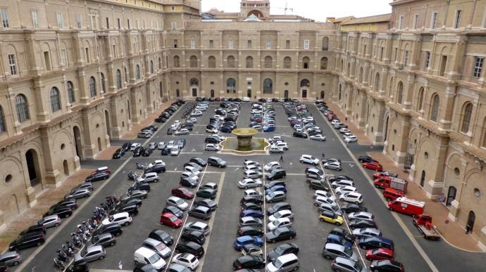 Parkplatz im Vatikan. Rechts die Feuerwehr des Staates.