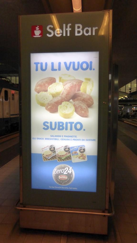 Wurstel- und-Brot-Automat am Bahnsteig.