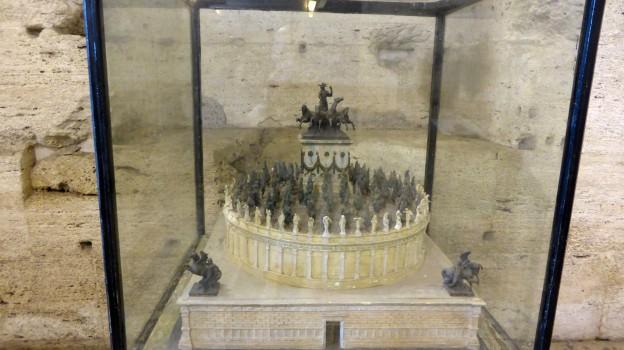 So sah das Mausoleum vermutlich früher einmal aus: Innen und Außen mit Marmor verkleidet und mit Statuen vollgestellt.