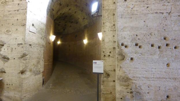 Der gefundene Aufgang zur Grabkammer. Die Löcher in den Wänden stammen von Metallklammern, die dort die Marmorverkleidung hielten. Die wurde als erstes geklaut.