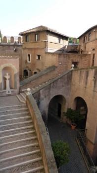 Escheresk: An und Umbauten machden das Obergeschoß zu einem skurrilen Sammelsurium von Gebäuden und Treppen.