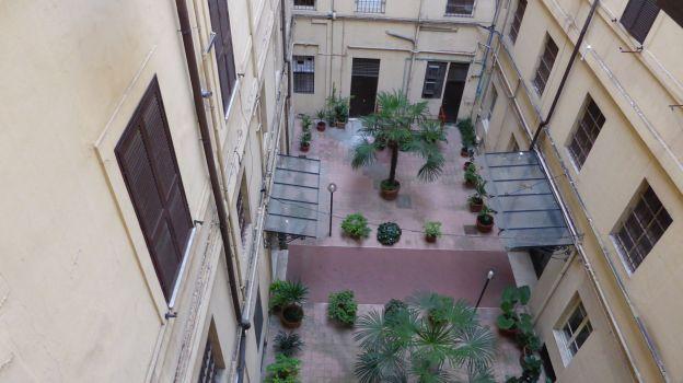 Ein letzter Blick zurück auf den Innenhof des Palazzo an der Cola di Rienzo.