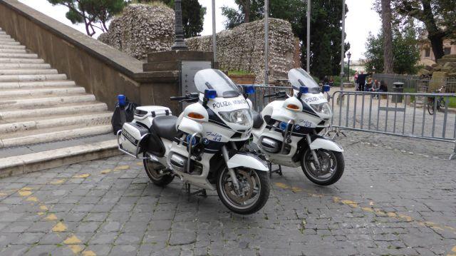 Die italienische Polizei vertraut italienischen Motorrädern nicht.