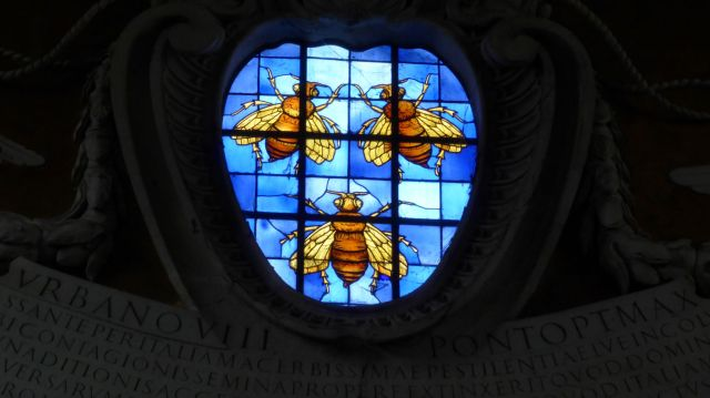 Die drei Bienen sind das Wappen der Barberini. Eine Bande Banausen, die u.a. das Kolosseum zur Nutzung als Steinbruch freigegeben haben. In Rom gibt es ein Sprichwort: Was die Barbaren nicht zerstört haben, das zerstören die Barberini.