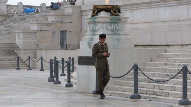Naja, manche Soldaten spielen lieber an ihrem Dings rum statt Wache zu halten. Smartphone, genau, so heisst das.  Sie spielen lieber an ihrem Smartphone rum.