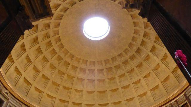 Kuppel des Pantheon mit dem Okulus, der Öffnung in der Decke. Durch die regnet es gerade rein.