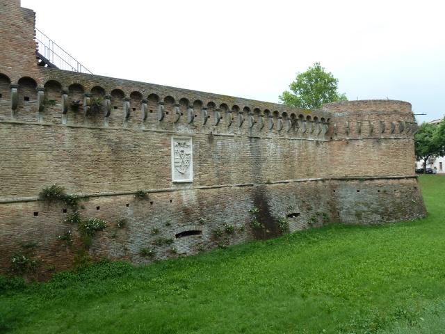 Man beachte das Zeichen Rodrigo Borgias in der Wand. Cèsare liess es dort anbringen, nachdem er die Stadt eingenommen und Caterina Sforza in die Engelsburg verschleppt hatte.