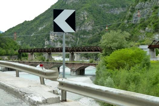 Ströme von Eiswasser in den Sturzbachbetten. Hier nur zu erahnen, das Bild wurde beim Warten an einer Ampel aufgenommen.