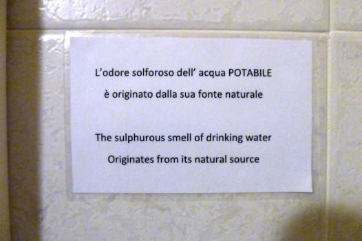 Hinweis im Bad der Villa Maria Luigia.