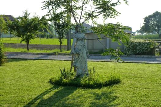 Statue im Garten der Villa.