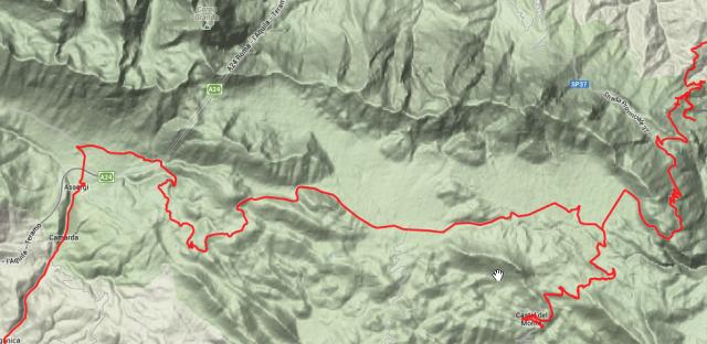 Hochebene auf 1.600 Metern, umgeben von Bergspitzen.