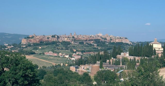 Orvieto by Hpschaefer. CC BY SA NC