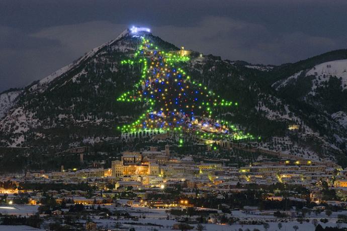 Gubbio hat nicht den größten Weihnachtsbaum der Welt, es IST der größte. Bild mit freundlicher Genehmigung. Quelle: Internet.