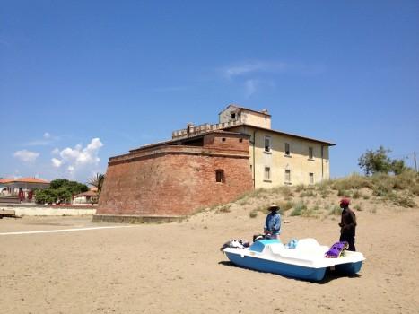 Strandfestung in Marina Castagneta Carducci. Davor afrikanische Händler.