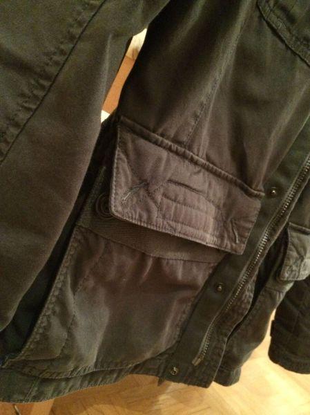 Locker  offene Jackentasche? Nicht ganz...