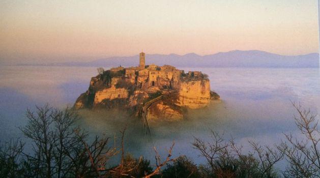 Traumhaft: Civita di Bagnoregno bei Sonnenaufgang über einem  mit Morgennebel gefüllten Tal.