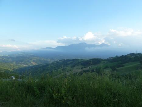 Aus den Wolken schält sich der Gran Sasso, der Große Fels.