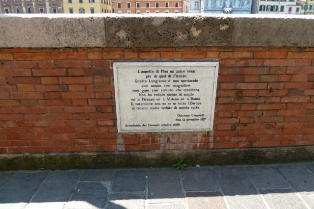 """Giacomo Leopardi mag Pisa: """"Ich mag  Pisa viel lieber als Florenz. Die """"Lung'Arno"""" ist spektakulär. So groß. So großartig. So gebildet. So charmant. Ich bin verliebt. Ich habe in Florenz Mailand und Rom nichts vergleichbares gesehen. Und wirklich, ich weiß nicht, ob es in ganz  Europa eine Stadt gibt, die Pisa ebenbürtig ist."""""""
