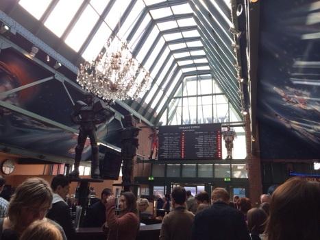 Die Vorhalle sieht aus wie ein viktorianischer Bahnhof.
