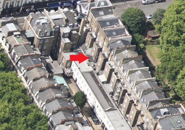 Mit Pfeil markiert: My Home, my Castle. Wie ein Gartenhäuschen steht mein Zimmer aus dem Hotelgebäude heraus.