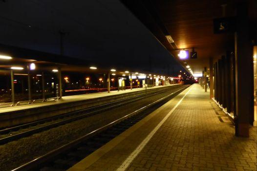 Bahnsteig in Göttingen. Es ist früh. Der Zug fährt um kurz nach 7.00 Uhr und ist um 16.00 Uhr in London.