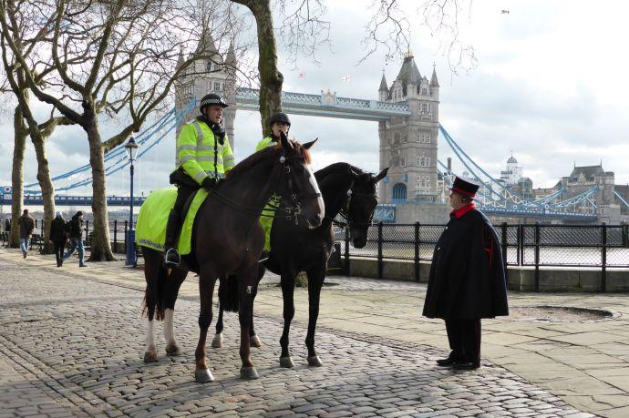 Yeomen Guard mit Polizisten.