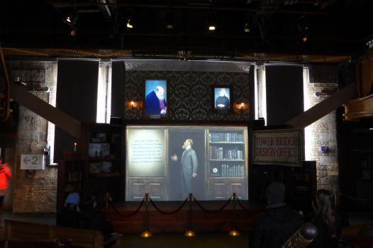 Stadtbaumeister Horace Jones, Baumeister John Wolfe-Barry und Queen Viktoria kommen im Einführungsfilm zu Wort.