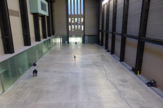 Innenhalle der Tate Modern, der Kunstgallerie, die in einem alten Kraftwerk residiert.