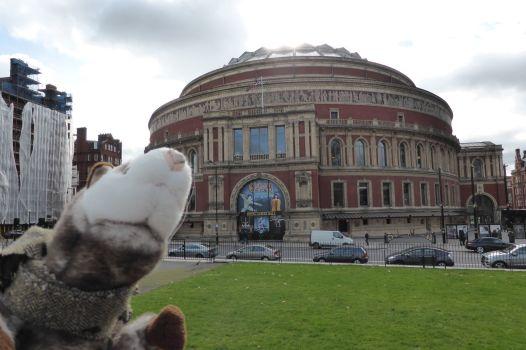 Das Wiesel vor der Royal Albert Hall.