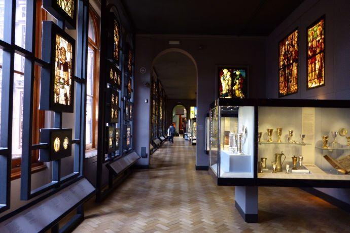 Sammlung bunter Kirchenfenster, von überall her zusammengeklaut.